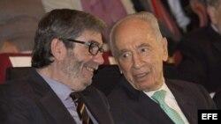 El escritor español Antonio Muñoz Molina (i) conversa con el presidente israelí Simón Peres (d) tras recibir el premio literario bienal de Jerusalén.