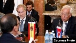 El ministro español de Asuntos Exteriores en funciones, José Manuel García-Margallo (d), se reúne con el canciller cubano, Bruno Rodríguez (espalda), y sus comitivas hoy lunes 16 de mayo de 2016, en La Habana (Cuba). García-Margallo coincidirá el lunes en