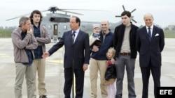 El presidente Francia, Francois Hollande, recibe a los periodistas que estuvieron secuestrados en Siria.