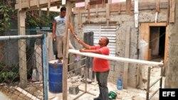 Habitantes trabajan en la construcción de su casa en La Habana (Cuba)