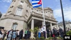 Vista de la bandera cubana izada en la embajada del país en Washington, Estados Unidos el 20 de julio de 2015.