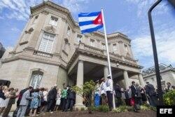 Vista de la bandera cubana izada en la embajada del país en Washington, Estados Unidos hoy 20 de julio de 2015.