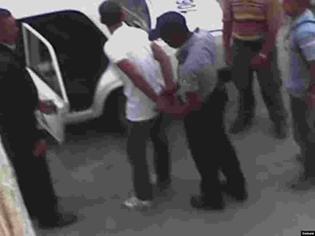 El opositor Karen de Jesús es detenido por los agentes al negarse a permanecer en su casa en La Habana