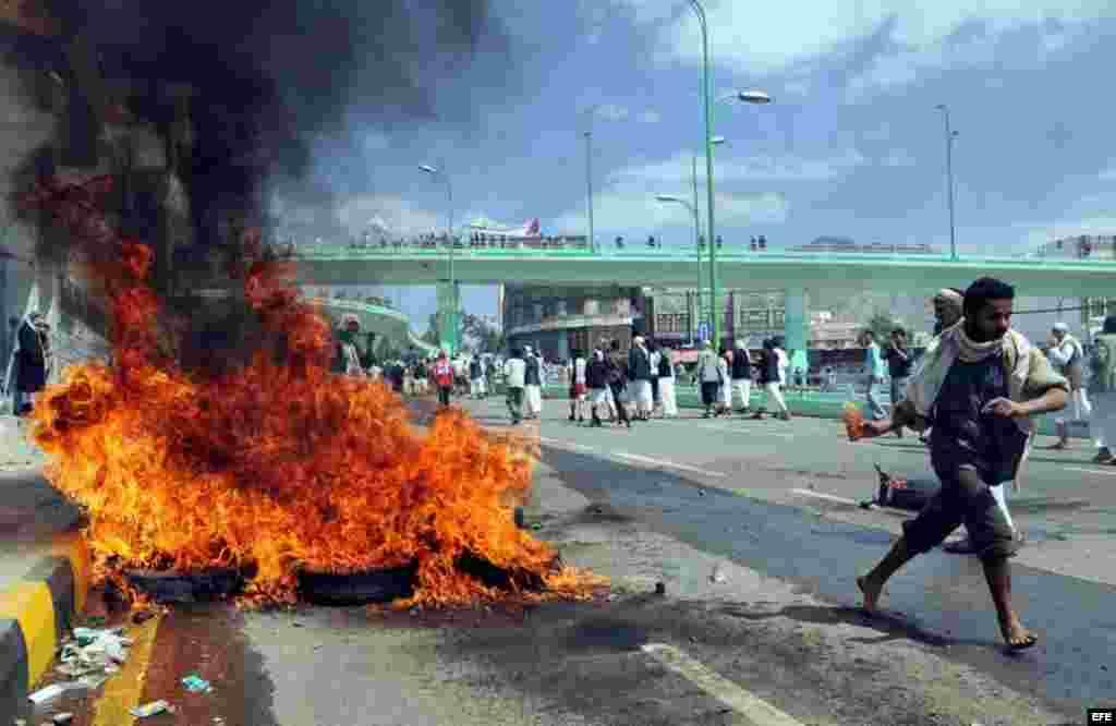 Manifestantes queman neumáticos en el exterior de la Embajada de Estados Unidos en Saná, en el Yemen hoy, viernes 14 de septiembre de 2012, en protesta por la difusión de un vídeo producido en Estados Unidos en el que se parodiaba a Mahoma.