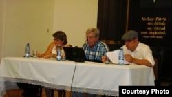 Hirán Hernández (d), Carlos Alzugaray (c) y Mayra Espina (Foto Iván García) en uno de los debates de Espacio Laical.