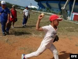 Un grupo de niños juega béisbol en La Habana.