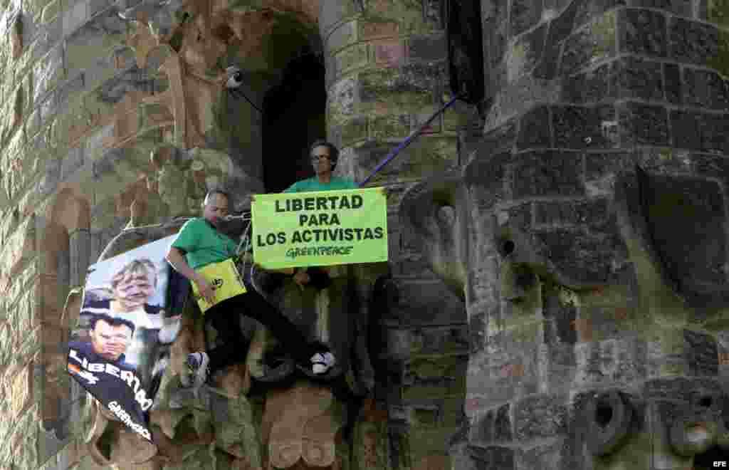 Protesta que han protagonizado una decena de activistas de Greenpeace que se han colgado esta mañana de las torres de la fachada del Nacimiento de la Sagrada Familia de Barcelona para exigir la libertad de los tripulantes del barco Arctic Sunrise que perm