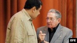 Raúl Castro y Nicolás Maduro (i), hablan en diciembre del 2016.
