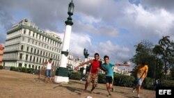 Jóvenes juegan fútbol en el Parque Central La Habana