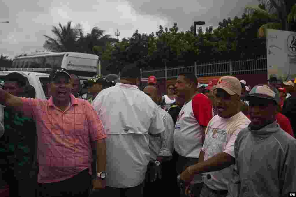 n grupo de personas adeptas al Gobierno venezolano bloquea el paso del autobús donde se moviliza el senador brasileño Aécio Neves.