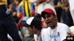 Estudiantes venezolanos cumplen, encadenados, tercer día de protesta