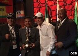 Chocolatito recibe el premio al Mejor Boxeador del 2016 del CMB al lado de dos de los grandes peleadores de todos los tiempos, Roberto Durán (i) y Marvin Hagler.(d). Foto ENG.OCB.