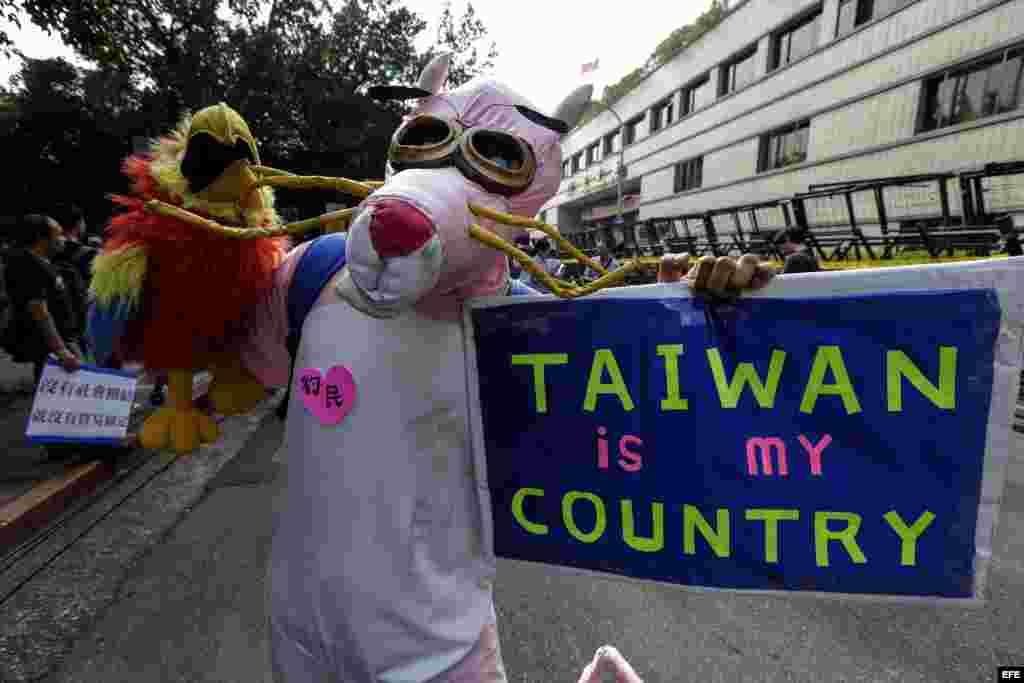 Los taiwaneses protestan por el encuentro de los mandatarios de China y Taiwán.