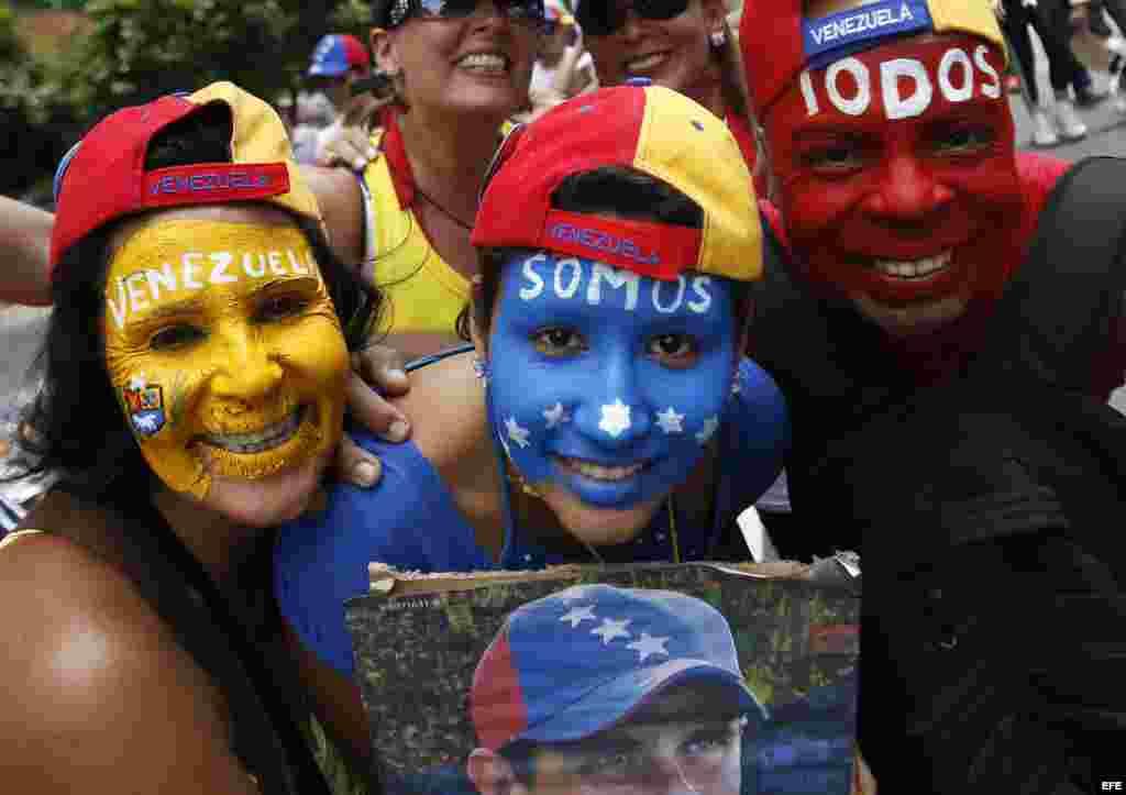 Con aire festivo los venezolanos recorren calles de la ciudad en espera de las elecciones.