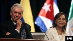 El Nobel de Literatura y presidente de La Fundación Internacional para la Libertad, Mario Vargas Llosa (i), y Josefina Vásquez (d), candidata a la Presidencia de México. EFE/Paolo Aguilar