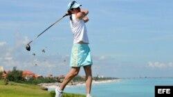 La ex corredora mexicana Ana Gabriela Guevara realiza una demostración en el Varadero Golf Club.