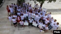 Activistas se concentran para demandar la erradiciación de las bombas de racimo.