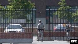 Dos soldados cierran una entrada de la base aérea de Andrews, cerca de las instalaciones médicas Malcolm Grow del complejo aéreo, a las afueras de Washington y que utiliza el presidente de EE.UU., Barack Obama, en sus viajes oficiales, cerrada hoy debido
