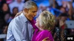La aspirante demócrata a la Casa Blanca, Hillary Clinton (d), junto al presidente estadounidense, Barack Obama (i).