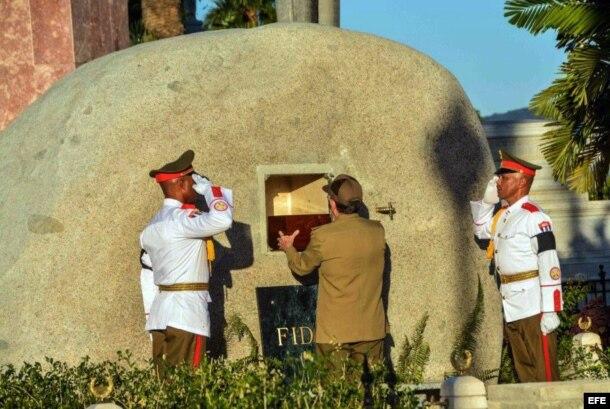 Raúl Castro coloca en la tumba la urna con las cenizas de Fidel Castro.