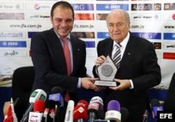 Fotografía de archivo fechada el 26 de mayo de 2014 que muestra al presidente de la FIFA, Joseph Blatter (d), junto al príncipe jordano, Alí bin Al-Hussein, durante una rueda de prensa en Amán, Jordania.