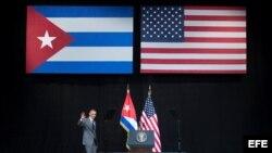 El presidente de EEUU, Barack Obama, saluda antes de pronunciar un discurso en el Gran Teatro Alicia Alonso de La Habana, Cuba, el 22 de marzo del 2016.