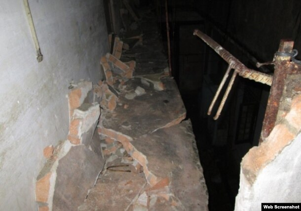 El pasillo del segundo nivel se desplomó. (Foto: Cubanet)