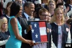 El presidente de Estados Unidos, Barack Obama, y su mujer, Michelle Obama (i), felicitan a la delegación paralímpica de EE.UU. en la Casa Blanca.