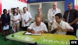 El entonces superintendente de la Compañía de Obras de Infraestructura (COI) de Brasil, Ricardo Boleira (d), y el director de la empresa cubana azucarera de Cienfuegos, Pedro Pérez (i) en la firma de un contrato en Cuba 9/11/2012.
