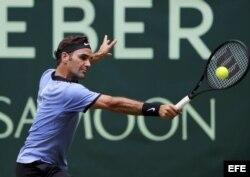 Roger Federer devuelve la bola contra Mischta Zverev.