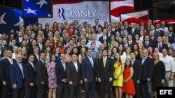 Mitt Romney (ci), posan para las fotos con voluntarios en la Convención Nacional Republicana en Tampa, Florida (EE.UU.).