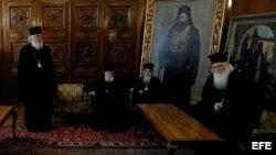 ARCHIVO. Sacerdotes ortodoxos búlgaros esperan durante la reunión del Patriarca de la Iglesia Ortodoxa búlgara, Máxim, con el presidente griego, Karolos Papoulias, en Sofia, Bulgaria.