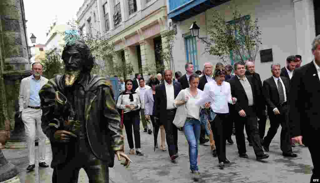 El ministro alemán de Economía, Sigmar Gabriel (2d), realiza un recorrido por el Centro Histórico de La Habana hoy, viernes 8 de enero de 2016, en La Habana. EFE
