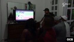Cubanos miran en la televisión un juego de la Serie Mundial de las Grandes Ligas.
