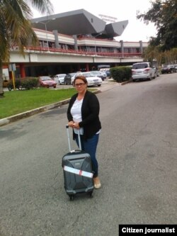 Joanna Columbié afuera del aeropuerto en La Habana tras recibir negativa de viaje a Perú