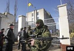 Un soldado armado sin identificar, presuntamente ruso.