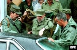 Fidel Castro acompañado de su escolta.