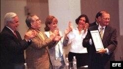 MEX07 MONTERREY (MEXICO) 02/09/03 .- El periodista colombiano José Salgar (D) muestra el premio Nuevo Periodismo Iberoamericano en la modalidad de Homenaje por su trayectoria de 70 años como periodista luego de recibirlo de manos de su compatriota el escritor Gabriel García Márquez en la foto. Archivo