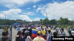 Venezolanos votando en Weston, Florida.