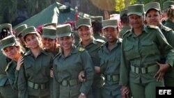 Un grupo de cadetes cubanas bromean durante un descanso.