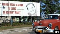 Un vehículo pasa frente a una valla con la imagen del presidente de Venezuela, Hugo Chávez, en La Habana.