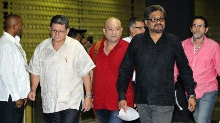 """El equipo negociador de las FARC, encabezado por Luciano Marín Arango alias """"Iván Márquez"""" (segundo de der. a izq.)"""