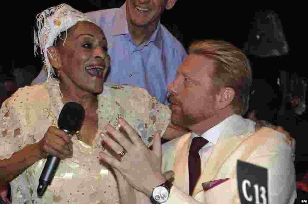 Omara Portuondo, canta junto al extenista alemán Boris Becker, tres veces ganador del torneo de Wimbledon, en la clausura del XV Festival del Habano en Cuba.