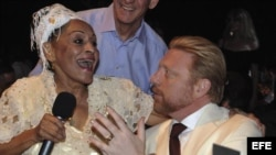 Omara Portuondo canta junto al extenista alemán Boris Becker, tres veces ganador del torneo de Wimbledon, en la clausura del XV Festival del Habano en Cuba.