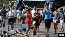 Un grupo de turistas camina por una calle de La Habana (Cuba).
