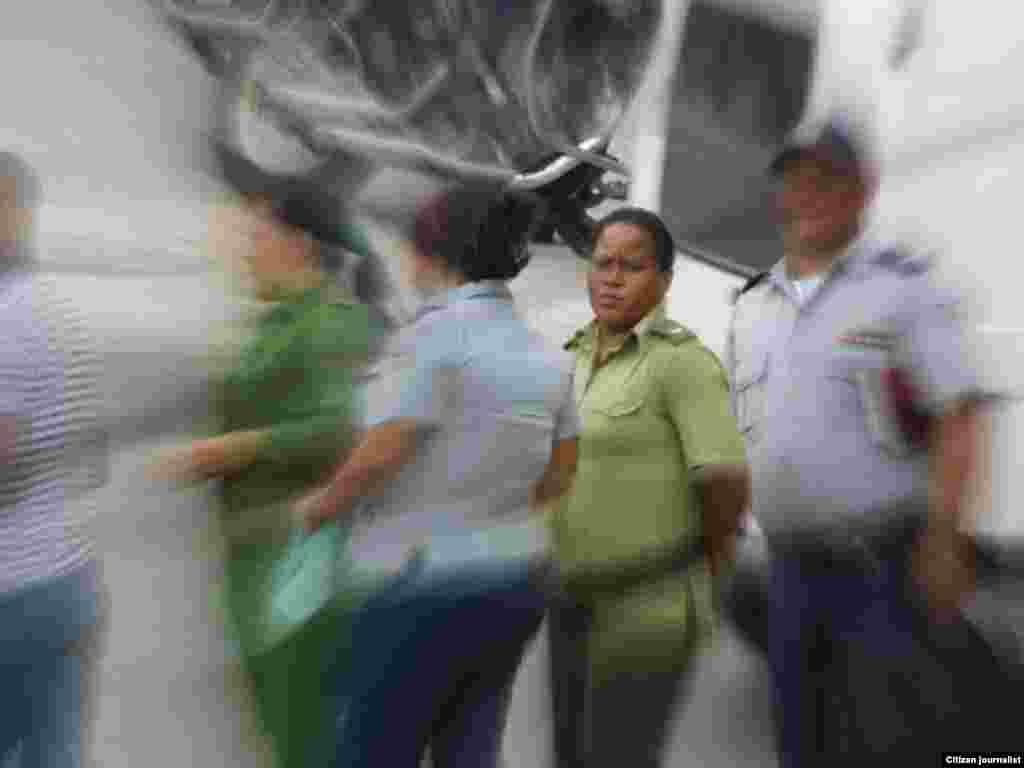 Violencia contra las Damas de Blanco el martes 29 de marzo al culminar el Té Literario en la sede del grupo de Lawton. Según publicó en twitter Angel Moya en la imagen aparece la mujer que reprimió a la dama Aliuska Gómez