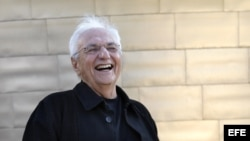 El arquitecto estadounidense nacido en Canadá, Frank Ghery posa ante ante el Museo Guggenheim Bilbao, una de sus obras maestras.