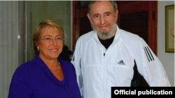 Michelle Bachelet durante su visita al jubilado gobernante cubano Fidel Castro. Al final de la visita no pidió el cese de los abusos en Cuba, sino el cese del embargo estadounidense.