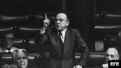 Fotografía de archivo, del 26 de julio de 1977, del histórico dirigente del PCE Santiago Carrillo durante una intervención en el pleno del Congreso de los Diputados.