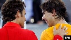 De izquierda a derecha, Federer y Nadal.